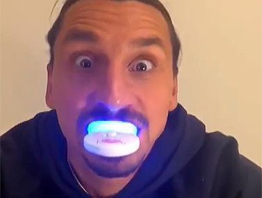 שני הכוכבים הגדולים בפרסומת להבלנת שיניים