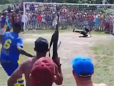 סרטון מלחיץ שמגיע מטורניר שכונתי בפאבלה של ריו דה ז'נרו