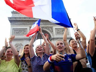 האוהדים הצרפתים חוגגים ברחובות פריז