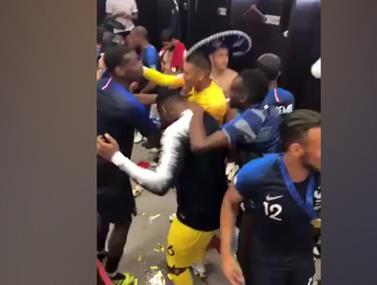 שחקני נבחרת צרפת חוגגים בחדר ההלבשה