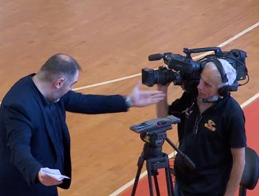 חריג: מאמן חולון מתפרץ על הצלם לאחר הפסד
