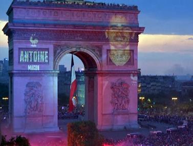 מדהים: שחקני אלופת העולם על שער הניצחון