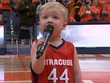 """בסה""""כ בן 3 וכבר שר המנונים לפני משחקים"""