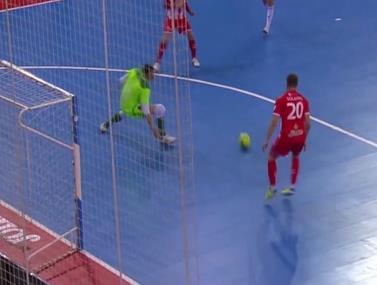 רגע נדיר של פייר פליי מתוך משחק כדורגל אולמות בספרד
