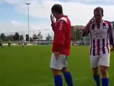 רק כדורגלן חובבן מסוגל לענות לשיחה בזמן משחק