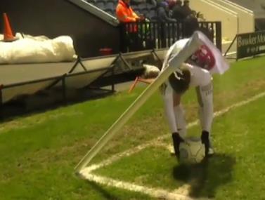 השחקן מתעקש לשים את הכדור על נקודת הקרן