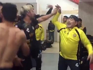 מאמן קבוצת דוראדוס עם השחקנים