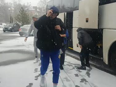 """שחקני מכבי ת""""א בכדורסל בקור הרוסי"""