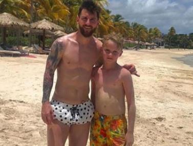 משפחת מסי פגשה בחופשה ילד בריטי ושיחקה עימו