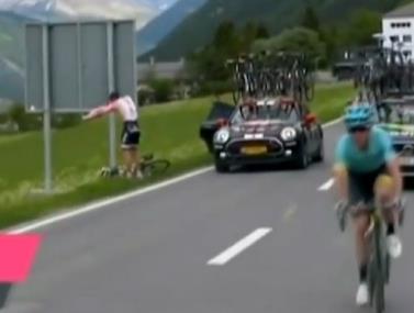 הרוכב ההולנדי טום דומולין עצר בצד לעיניי המצלמות