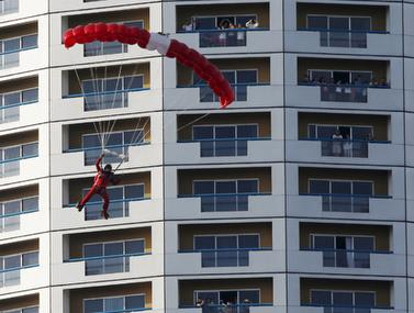תאונת אקסטרים מפחידה של צנחן מגג של בניין