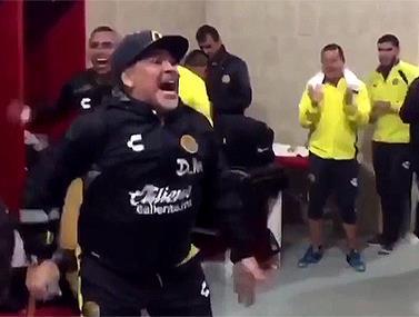 המאמן חוגג עם השחקנים
