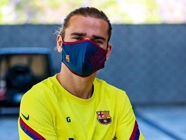 בכניסה לאימון שחקני ברצלונה מגיעים עם מסיכה ממותגת