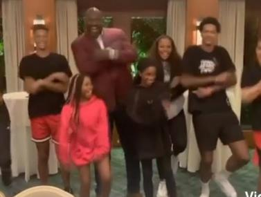 שאקיל אוניל והמשפחה בריקוד סוער